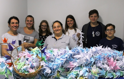 """Professoeres e alunos entregaram """"Tsurus"""" no Centro Oncológico"""
