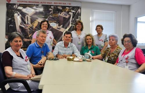 Voluntários repassam R$ 50 mil ao Hospital Regional Alto Vale