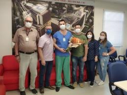 Corpo clínico e colaboradores recebem rosa pelo trabalho realizado